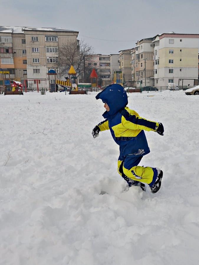 Barnspring i snön arkivfoton