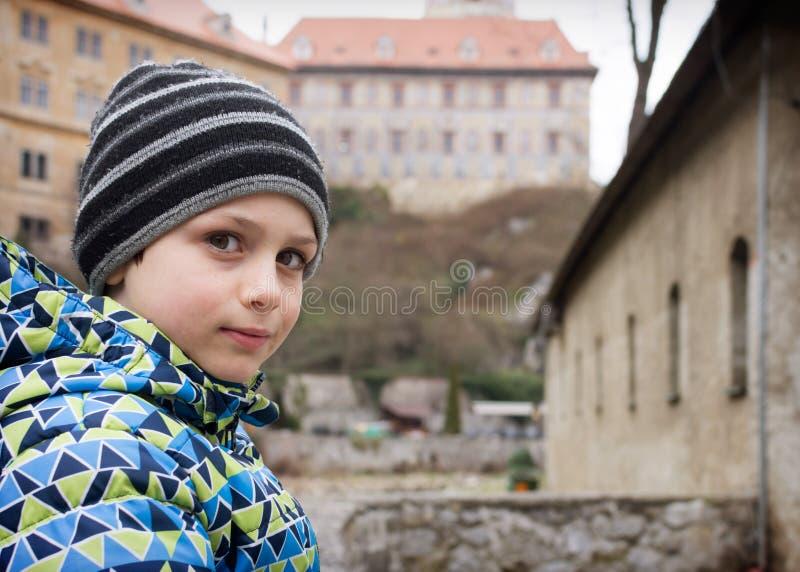 Barnstående framme av den historiska slotten arkivfoton