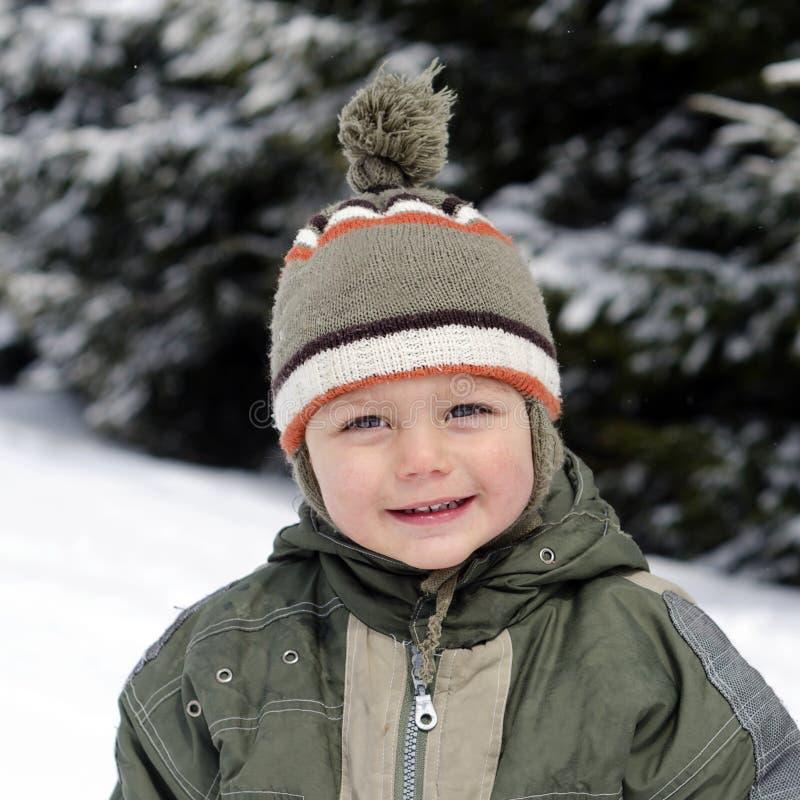 Barnstående i vintersnö arkivbilder