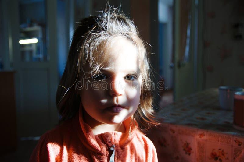 Barnståendemodellen tände gullig litet barnframsida med gråa ögon inhemsk autentisk livsstil royaltyfria bilder