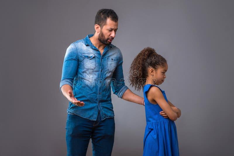 Barnsvartfader med hans tonårs- dotter arkivfoto