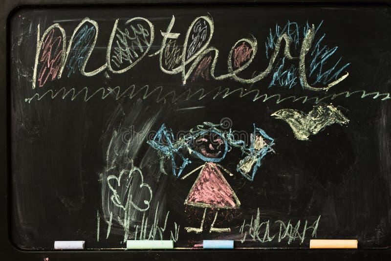 Barnteckning av mamman med färgpennor fotografering för bildbyråer