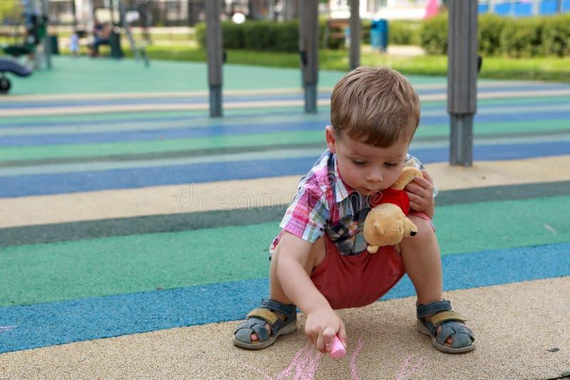Barnteckning på lekplats royaltyfria bilder