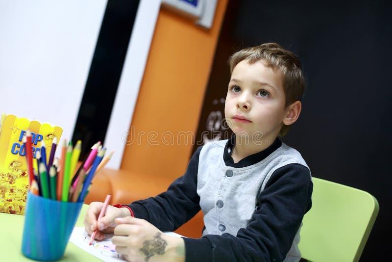Barnteckning på tabellen royaltyfria foton