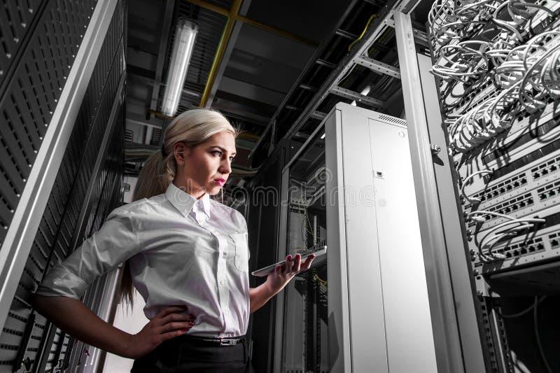 Barnteknikeraffärskvinna i rum för nätverksserver arkivfoton