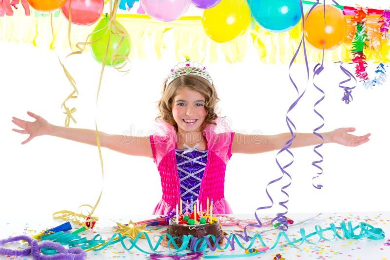 Barnungen krönar princessen i födelsedagparti royaltyfri bild