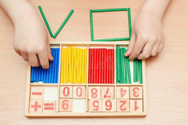 Barnutbildningsmatematik Begreppet tidig utbildning och barnomsorg Utbildning, skola, teman och geometri Färgbeständiga träkäppar arkivfoto