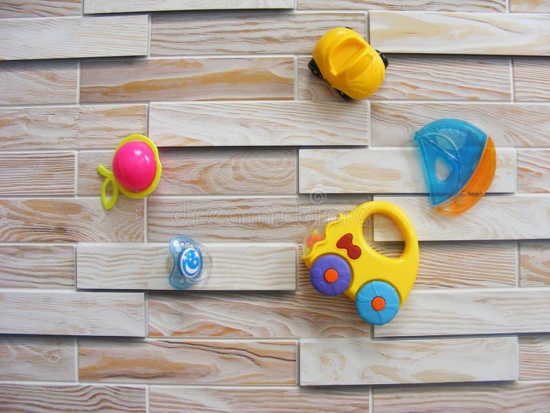 Barnvärldsleksak på en träbakgrund arkivbilder