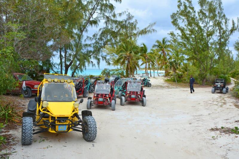 Barnvagnbilen av vägen turnerar över den Eleuthera ön arkivbild