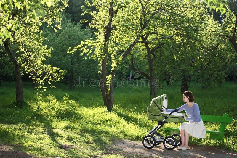barnvagnmoder royaltyfri foto