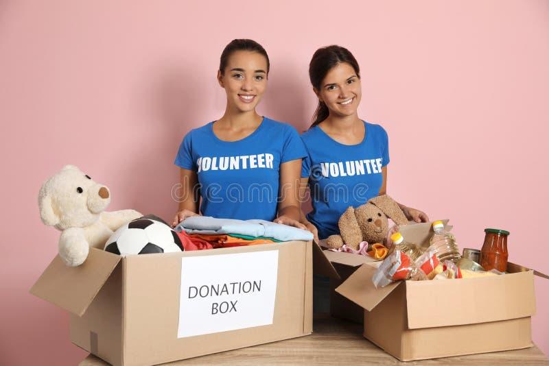 Barnvolontärer som samlar donationer på tabellen royaltyfria bilder
