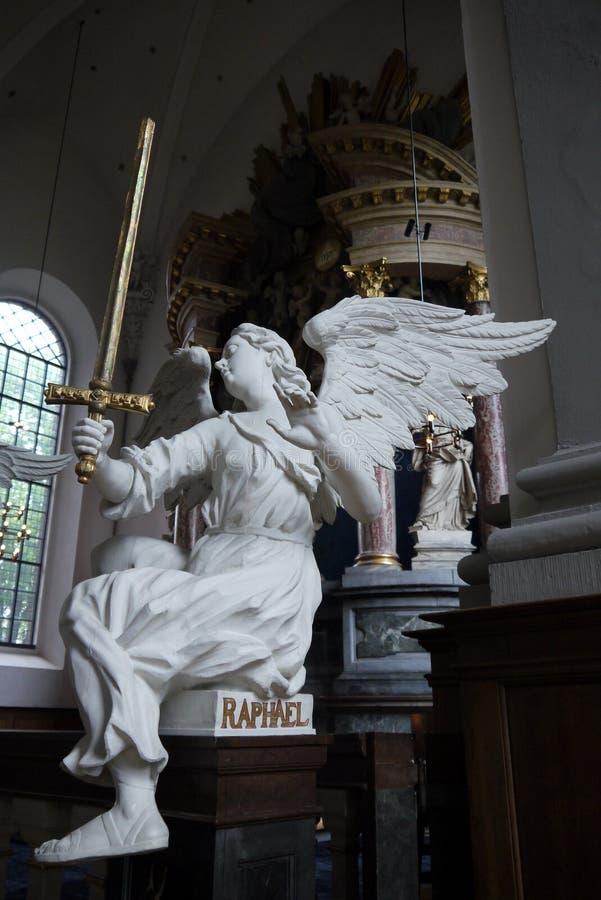 Barock: ängelRaphael-skulptur arkivfoton