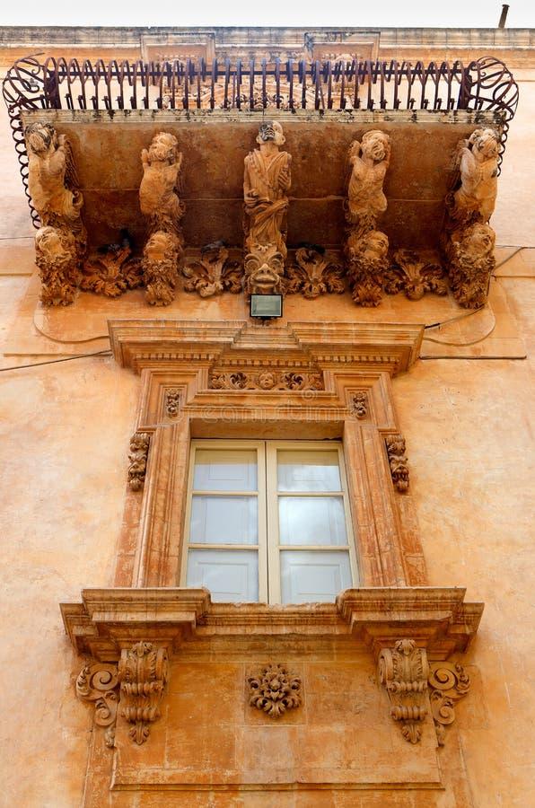 Barock balkong, Noto, Sicilien, Italien arkivfoto