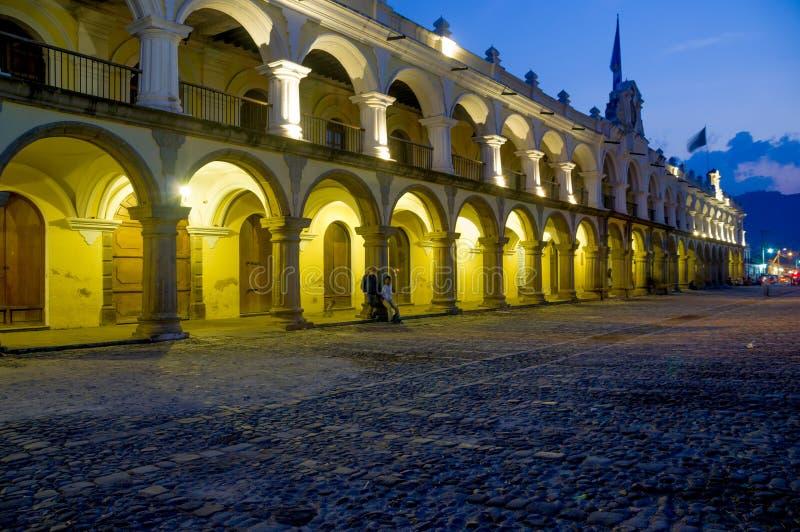 Barock byggnad i plazaAntigua för huvudsaklig fyrkant royaltyfri foto
