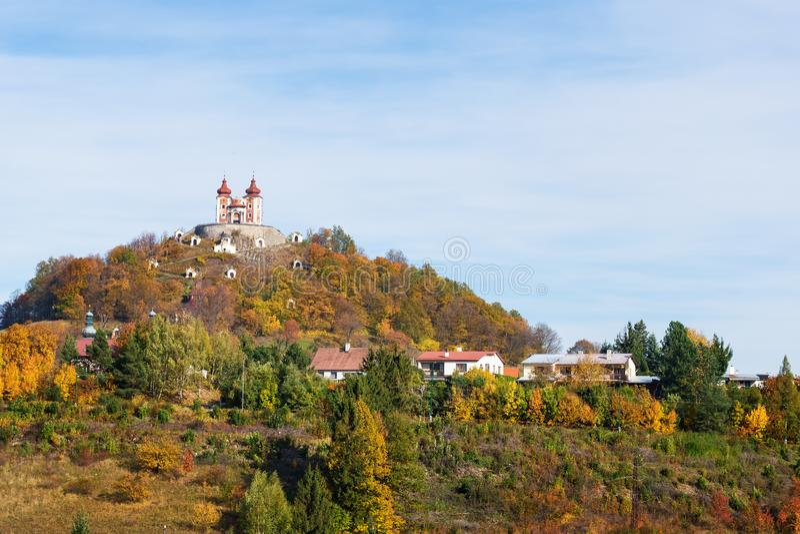 Barock Calvary på den Scharffenberg kullen i Banska Stiavnica under hösten, UNESCO SLOVAKIEN royaltyfria foton
