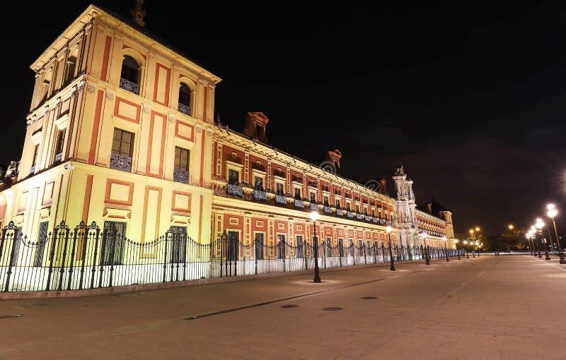 Barock fasad av slotten av San Telmo i Seville på natten, Spanien royaltyfri fotografi
