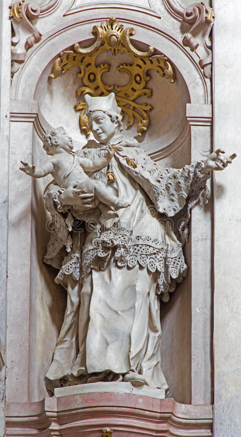 Barock skulptur av St John Nepomuken i skepp av den Premonstratesian kloster av Johann Anton Krauss (1728 - 1795) i Jasov. arkivbild