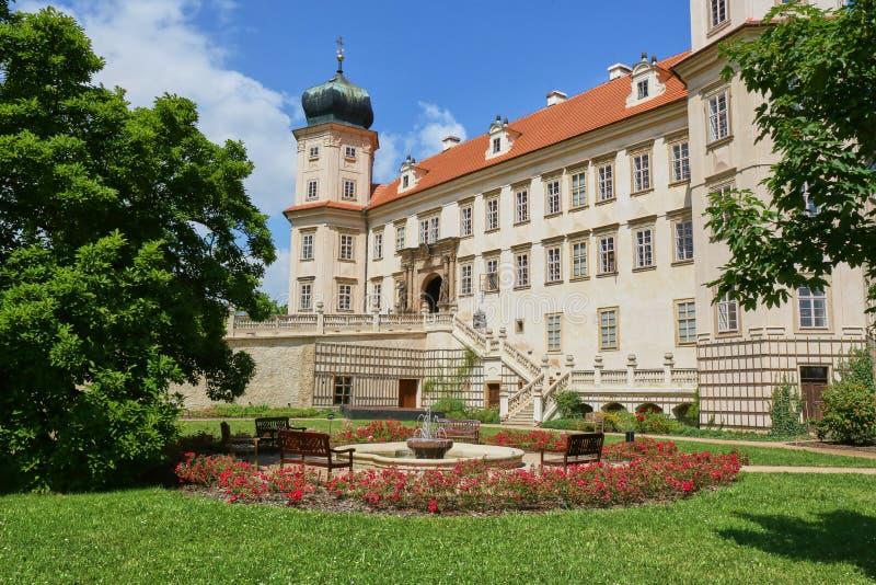 Barock slott i den Mnisek fröskidaBrdy staden nära Prague royaltyfri bild