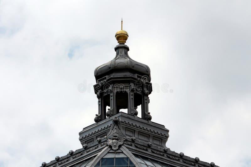 Barock stilkupol med guld- spets ?verst av gammal byggnad med exponeringsglas- och metalltaktegelplattor som omges med olikt deko fotografering för bildbyråer