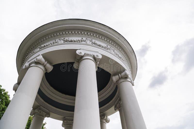 Barock stor aclove för härlig vit sten med kolonner arkivbild