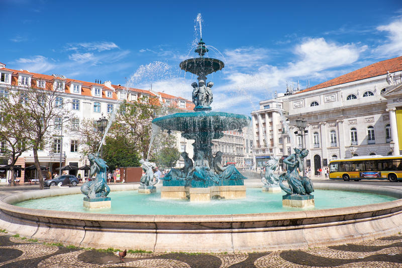 Barocke Artbronzebrunnen auf Rossio-Quadrat lissabon Portuga lizenzfreie stockfotos