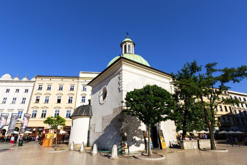 Barocke Kirche des 11. Jahrhunderts von St. Wojciech auf Hauptmarktplatz, Krakau, Polen lizenzfreie stockbilder