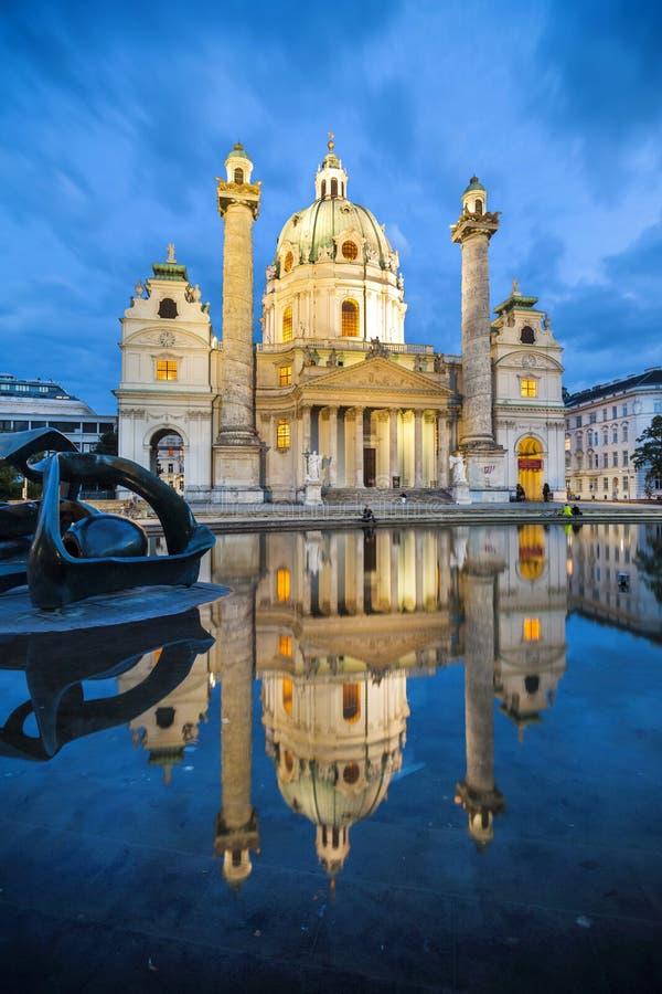 Barocke Kirche Karlskirche in Wien Österreich, sogar lizenzfreies stockbild