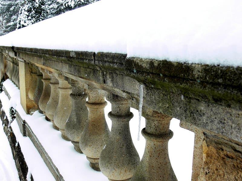 Barocker Zaun als Steinbalustrade mit Schnee 2 stockbild