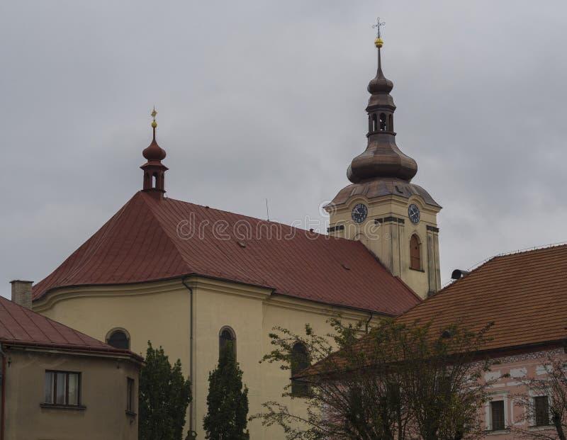 Barockkyrka i den Kamenice byn i Tjeckien royaltyfria foton
