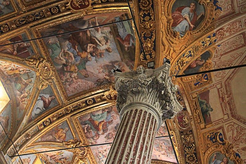 Barockt tak med guld- garneringar av Santissima Annunziata royaltyfria bilder