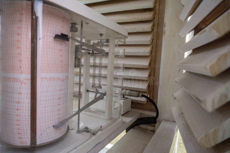 Barograaf op de Meteorologische Kooi Het functioneert om de luchtdruk te meten stock fotografie