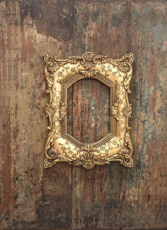 Barok gouden kader op houten achtergrond De textuur van Grunge stock afbeelding
