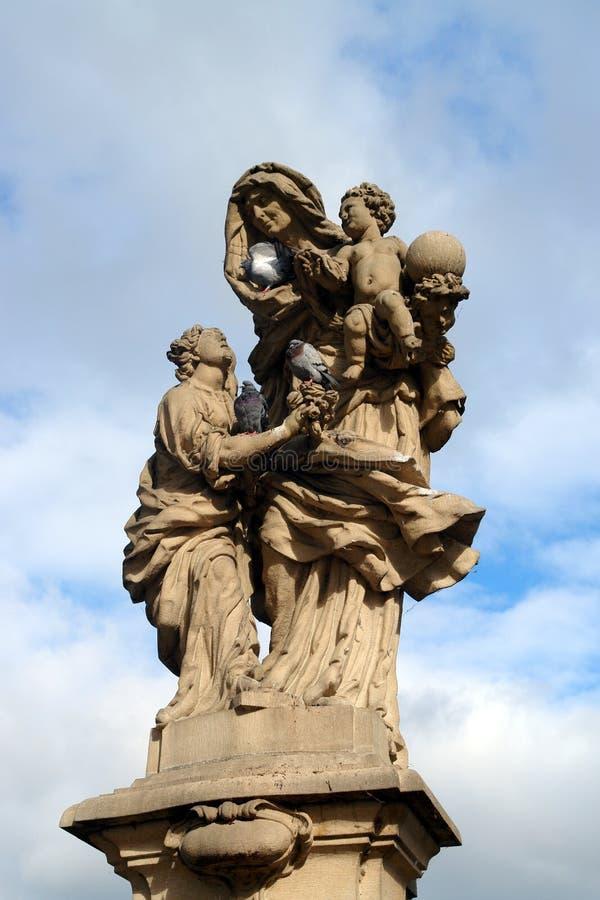 Barok standbeeld van st Anne op Charles-brug, Praag stock foto