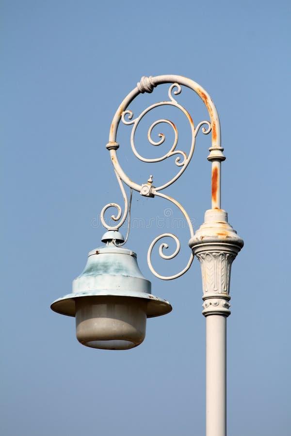 Barok stijl lichtgrijs openbaar licht opgezet op geroeste smeedijzer verfraaide pool royalty-vrije stock afbeelding