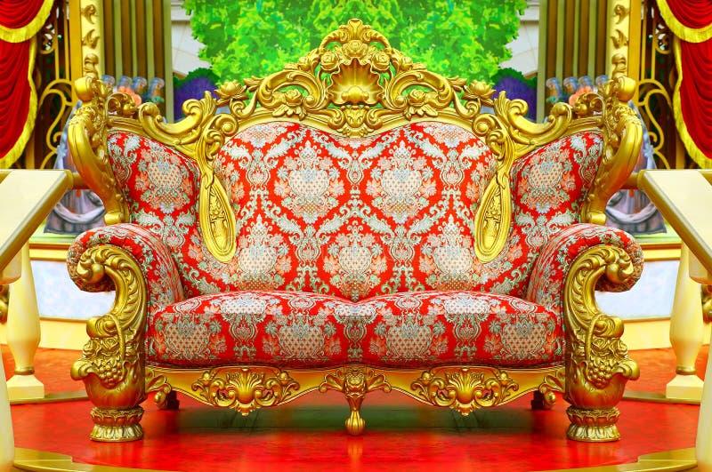 Barokke bank met gouden kader royalty-vrije stock afbeeldingen
