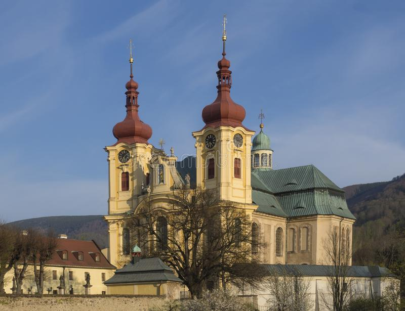 Barokke Basiliekkerk van Visitation Maagdelijke Mary in de lente, gouden uurlicht, plaats van bedevaart, Hejnice, Jizera stock foto