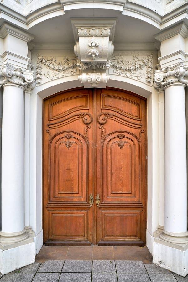 Barokke voordeur van een oud huis in Dresden royalty-vrije stock fotografie