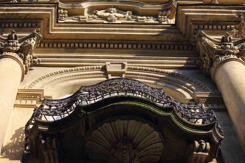 Barokke voorgevel van het huis (fragment, details) stock fotografie