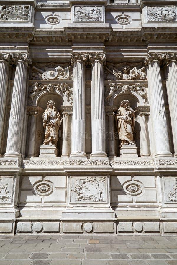 Barokke, witte architectuur met oude standbeelden en kolommen in Italië stock fotografie