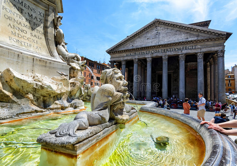 Barokowa fontanna przed panteonem, Rzym zdjęcie royalty free