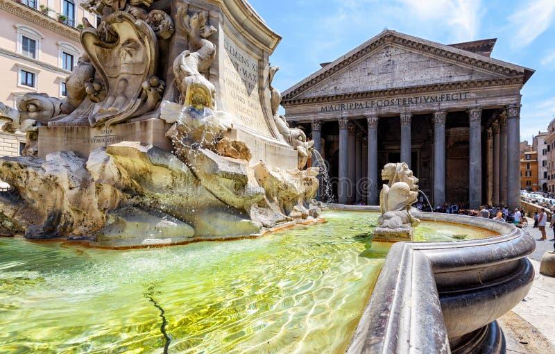 Barokowa fontanna przed panteonem w Rzym fotografia stock
