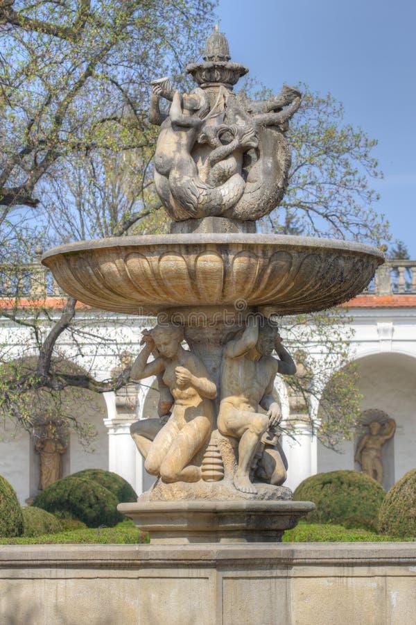 Barokowa fontanna z ludzkimi postaciami obrazy royalty free