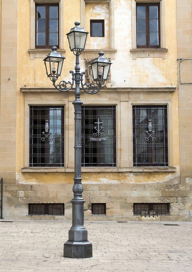 Barokowa lampa w Galatina z żakietem ręki na tło okno zdjęcie royalty free