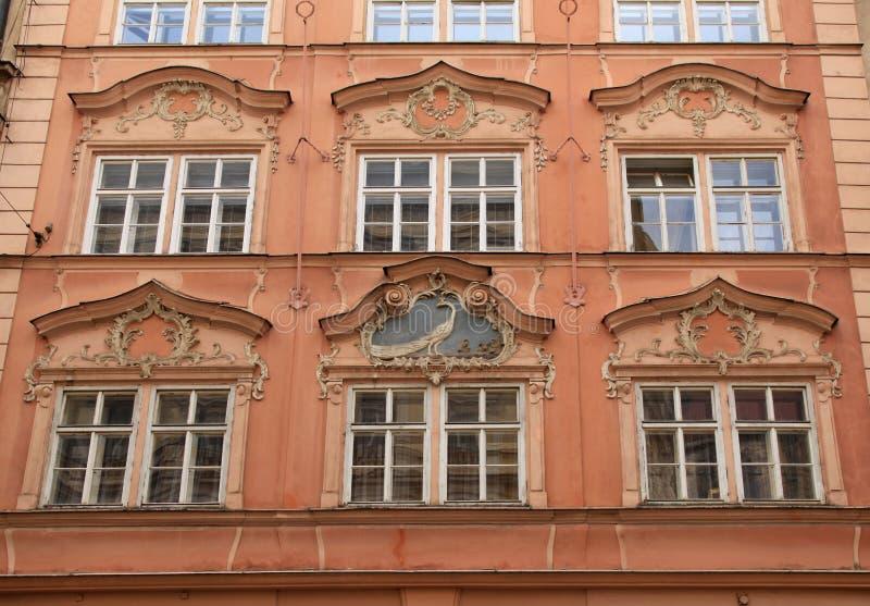 Barokowy budynek z ozdobnymi okno w Praga, republika czech zdjęcia royalty free