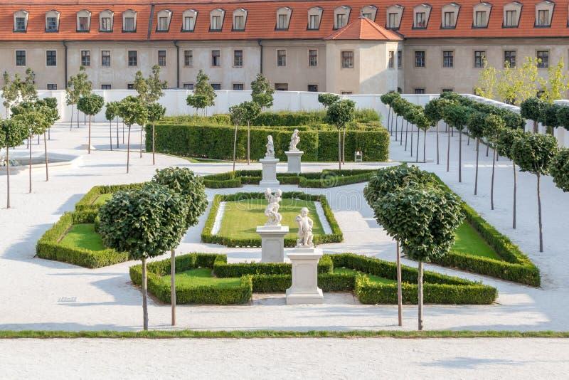 Baroku ogród z białym footpath za średniowiecznym kasztelem w Bratislava, Sistani obrazy stock