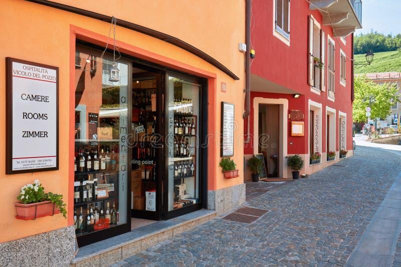 Barolo gata med vinodlingen och typisk säng - och - frukost och livsmedelsbutik fotografering för bildbyråer