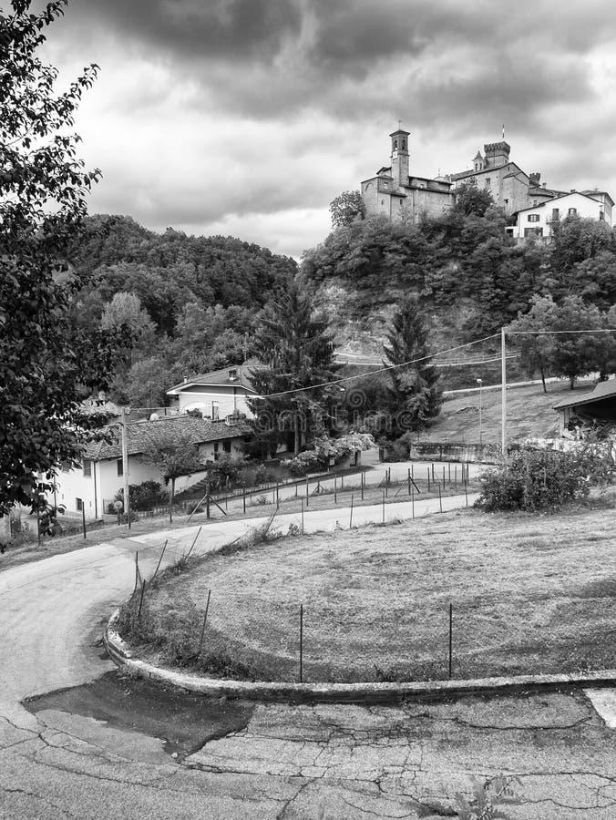 Barolo Mała Włoska wioska z średniowiecznym kasztelem w jesieni zdjęcia stock