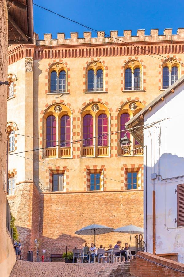 Barolo, Piedmont, Itália, o 12 de setembro de 2017 O castelo de Barolo dentro foto de stock