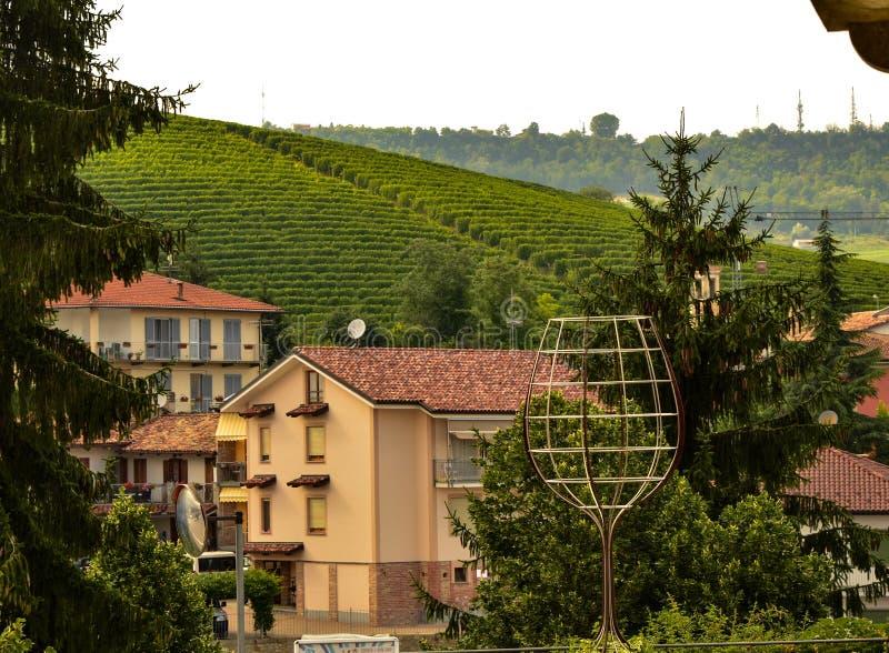 Barolo, Piedmont, Italien Juli 2018 Ein futuristischer Stahlbau stellt ein großes Glas dar lizenzfreie stockbilder