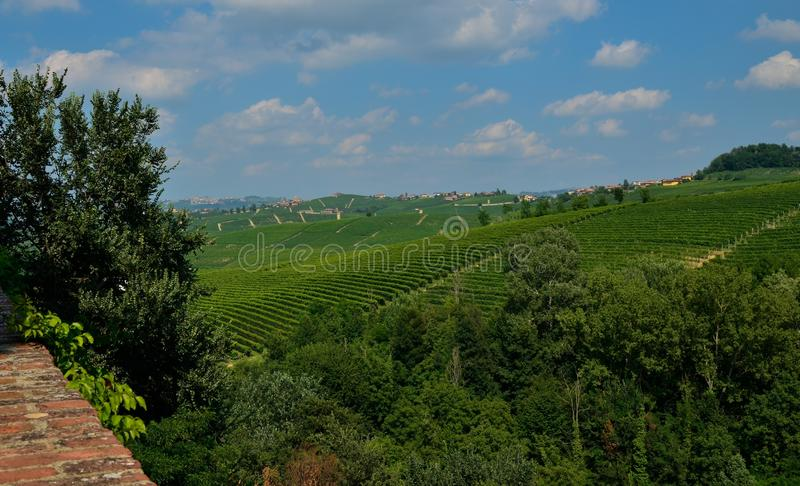 Barolo Piedmont, Italien Juli 2018 Från slotten har du storartade sikter av den omgeende bygden arkivfoto